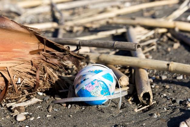 Lixo plástico de alto ângulo à beira-mar
