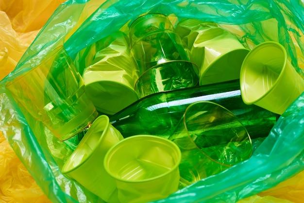 Lixo plástico descartável no saco de lixo