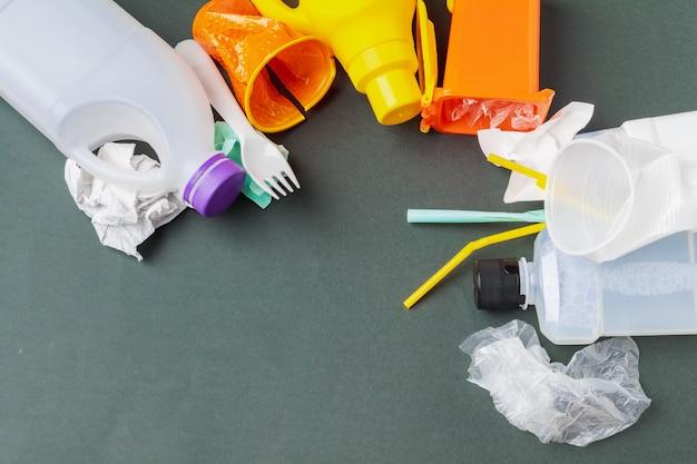 Lixo reciclável composto por plástico e papel