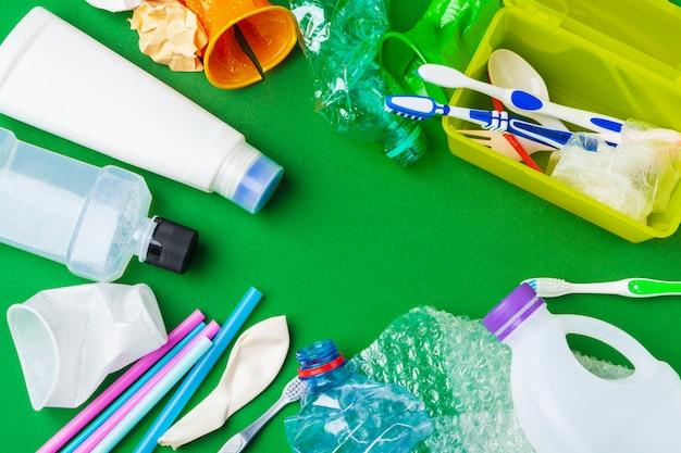 Lixo reciclável constituído por plástico e papel