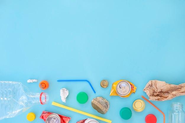 Lixo reciclável de cores diferentes, consistindo em papel, vidro, metal, plástico