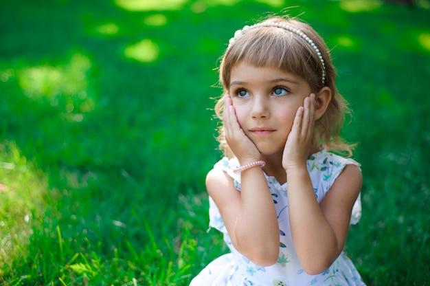 Llittle menina criança ao ar livre em dia de verão.