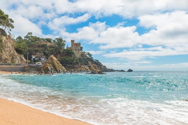 Lloret de mar castell plaja na praia de sa caleta na costa brava da catalunha, espanha