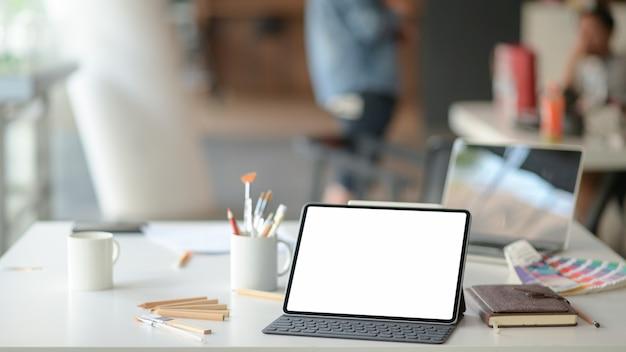 Locais de trabalho públicos contemporâneos com laptops e equipamentos de escritório.