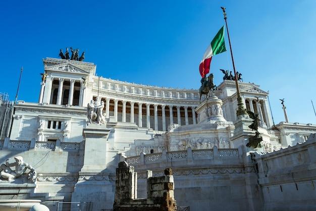 Locais emblemáticos para passear na cidade de roma, itália.