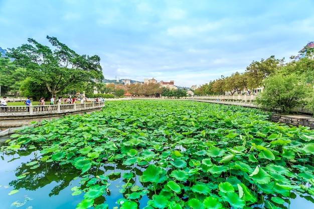 Local antiquíssimo lago budista budista