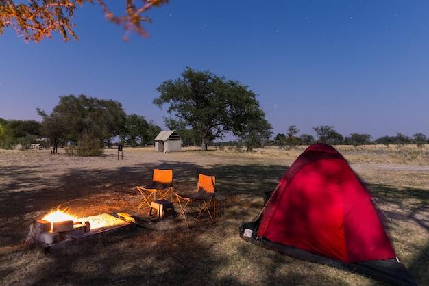 Local de acampamento com céu estrelado em a noite. aventura no parque nacional, áfrica.