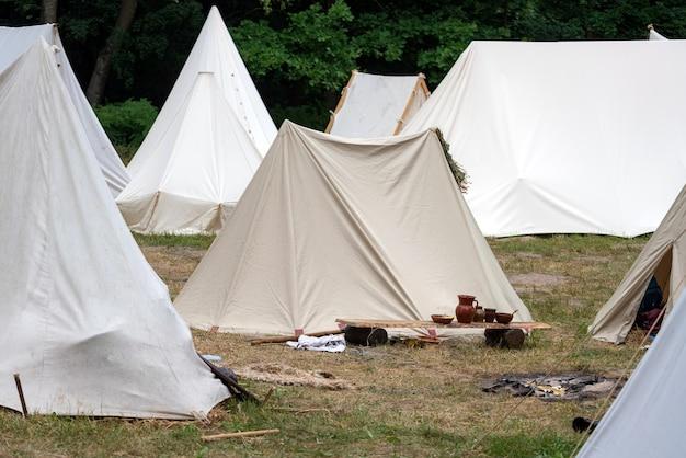 Local de acampamento de tenda militar medieval.