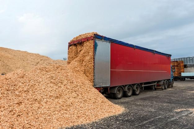 Local de armazém de caminhões desembarcado em cargas de serragem.
