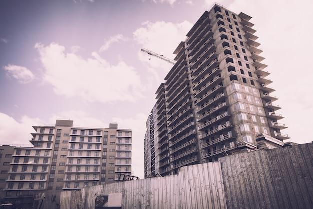 Local de construção. a construção de um arranha-céu de elite em uma cidade grande a partir de materiais modernos
