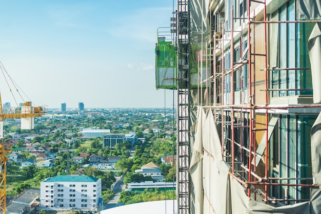 Local de construção. guindastes de içamento e novos edifícios de vários andares.