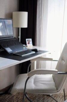 Local de trabalho aconchegante em casa. trabalho remoto durante a quarentena. interior moderno simples