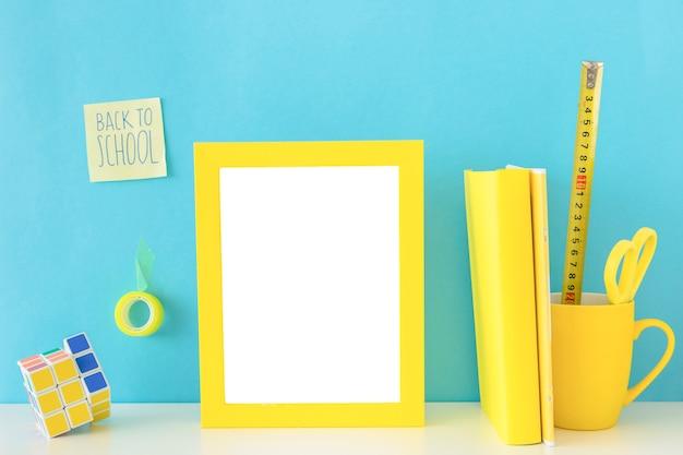 Local de trabalho amarelo e azul adolescente com cubo de rubik