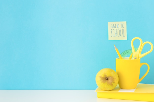 Local de trabalho azul e amarelo para estudos