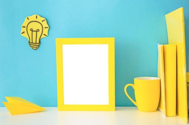 Local de trabalho azul e amarelo para ideias criativas