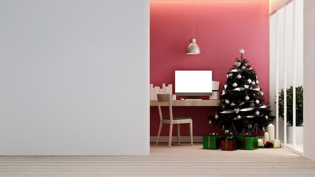 Local de trabalho com árvore de natal e caixa de presente em casa ou apartamento