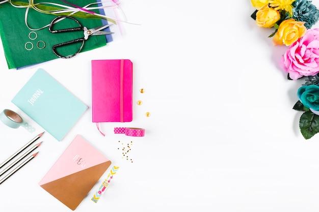 Local de trabalho com cadernos e conjunto artesanal