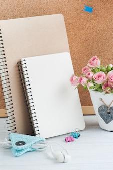 Local de trabalho com cadernos e quadro de cortiça