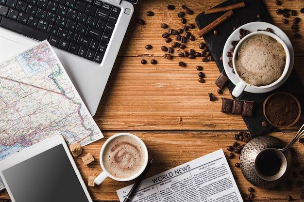 Local de trabalho com café, laptop, smartphone
