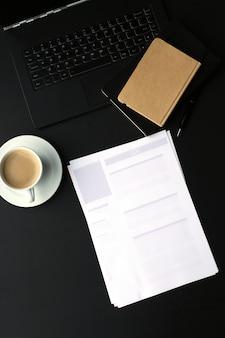 Local de trabalho com computador e xícara de café