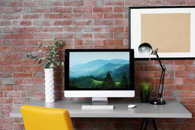 Local de trabalho com computador na mesa em quarto moderno
