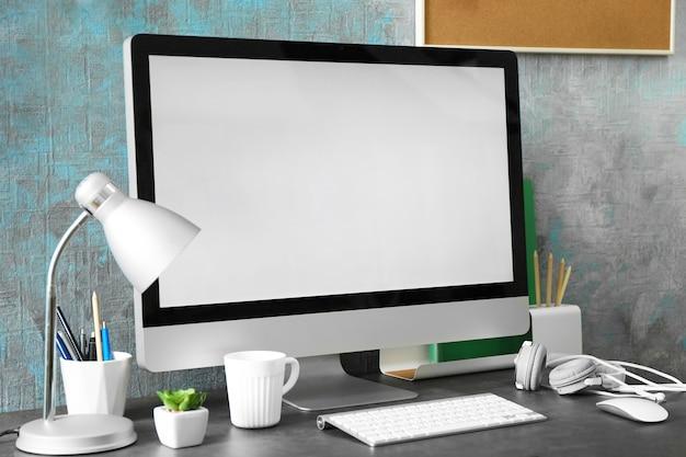 Local de trabalho com computador na mesa em sala moderna