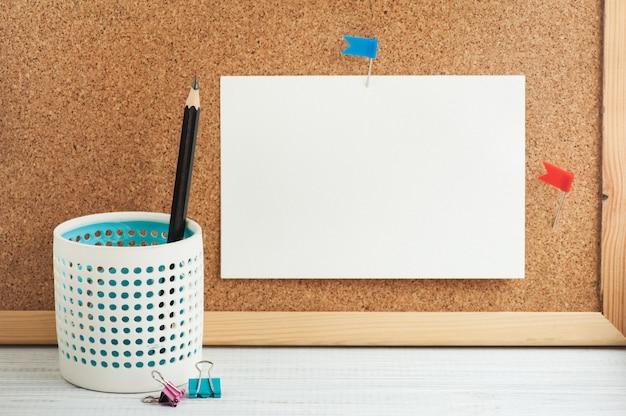 Local de trabalho com lápis e quadro de cortiça