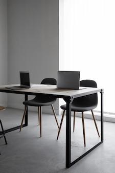 Local de trabalho com laptop e cadeiras