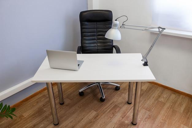 Local de trabalho com laptop e lâmpada