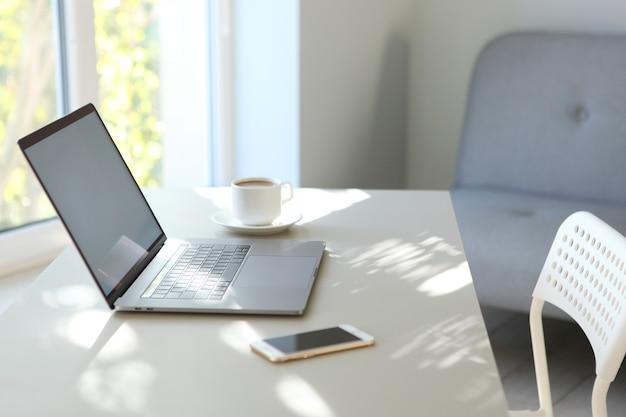 Local de trabalho com laptop moderno no interior da sala