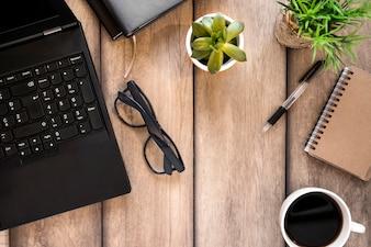 Local de trabalho, com, laptop, óculos, e, café
