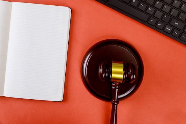 Local de trabalho com o bloco de notas e teclado juízes martelo de madeira