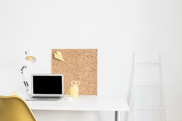 Local de trabalho com o laptop em casa