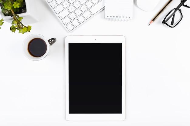 Local de trabalho com tablet e xícara de café
