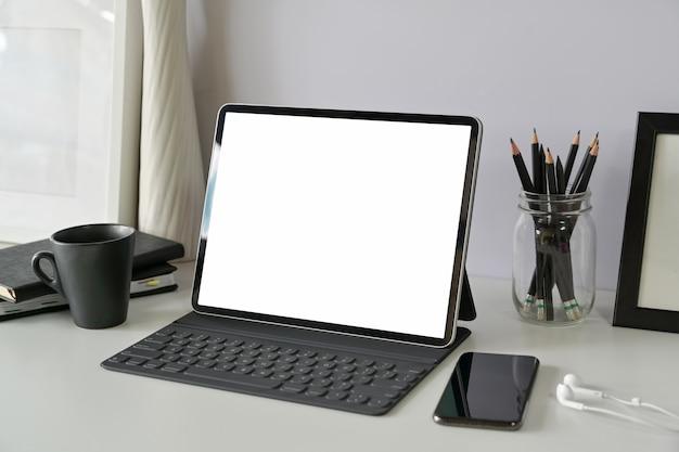Local de trabalho com tablet mockup de tela em branco
