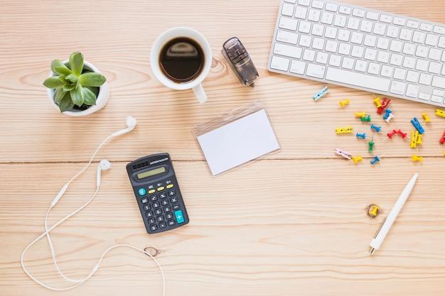 Local de trabalho com teclado de calculadora e estacionário