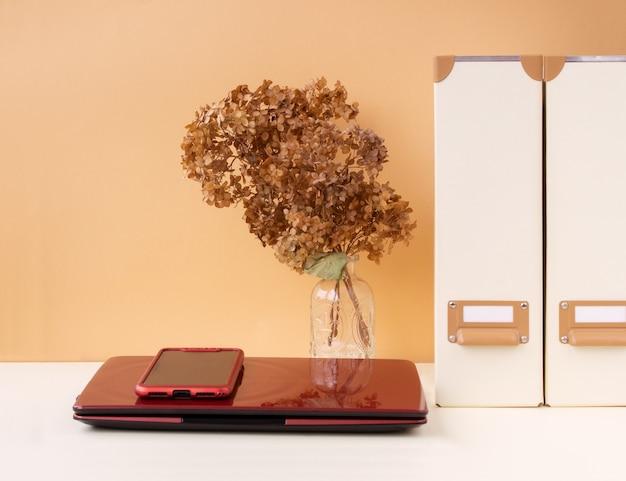 Local de trabalho com um laptop, notebook e smartphone. trabalho em casa