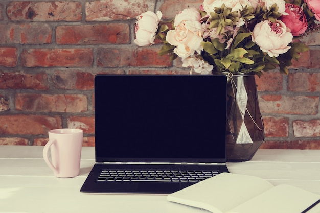 Local de trabalho com uma xícara de café e laptop