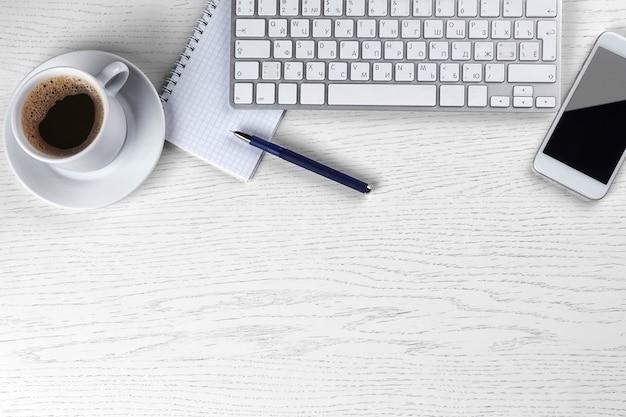 Local de trabalho com xícara de café e teclado
