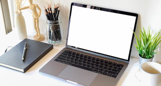 Local de trabalho confortável com laptop de tela em branco