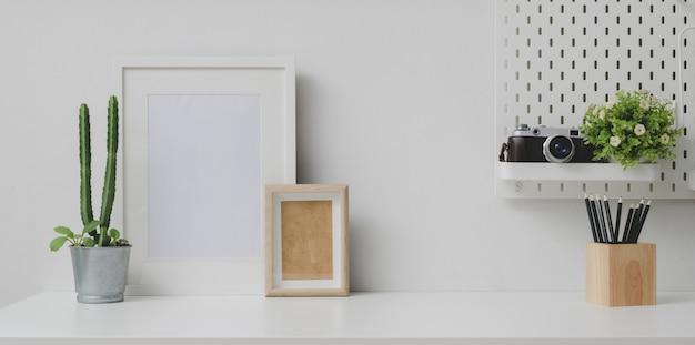 Local de trabalho confortável com mock up frame e copie o espaço com a câmera