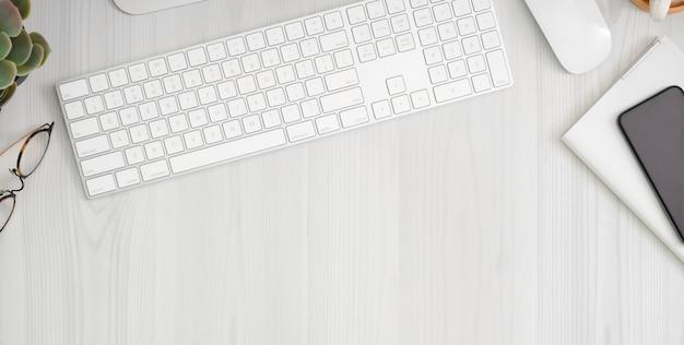 Local de trabalho confortável com smartphone, material de escritório e espaço para texto