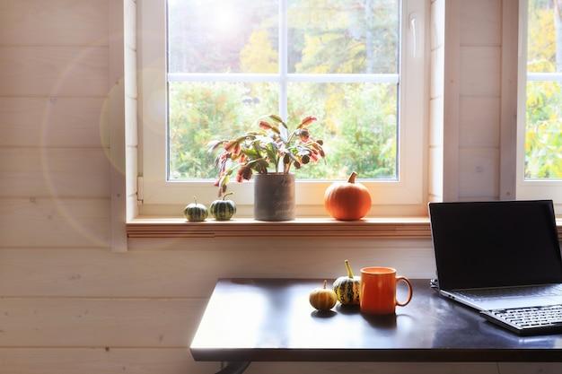 Local de trabalho confortável e moderno em uma casa de madeira no outono, no estilo scaninaviano.