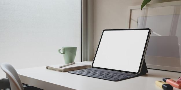 Local de trabalho confortável mínimo com tablet de tela em branco