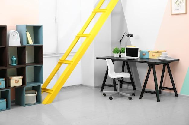 Local de trabalho confortável no interior de um quarto moderno