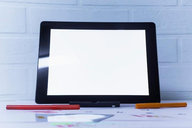 Local de trabalho criativo de um designer gráfico com tablet. desenvolvimento de logomarca para a empresa. desenhos e esboços em papel em um escritório de estúdio de arte.