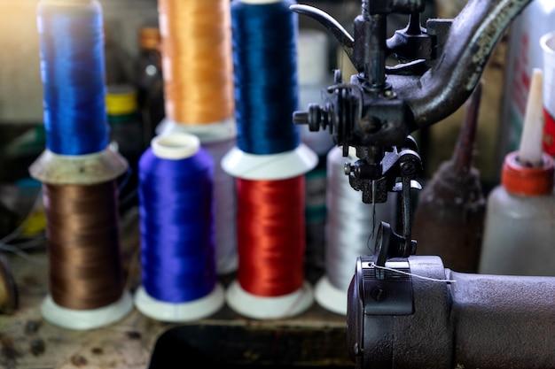 Local de trabalho da fabricante de sapatos com costura de couro