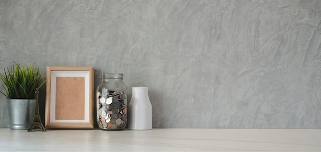 Local de trabalho da moda com material de escritório e espaço de cópia na mesa branca e parede cinza loft