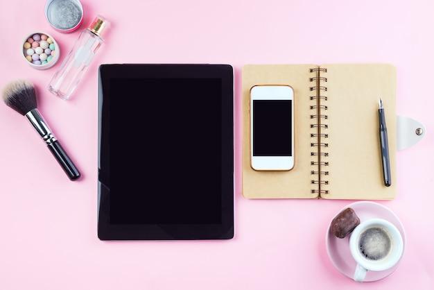 Local de trabalho da mulher com café, tablet, telefone e cosméticos