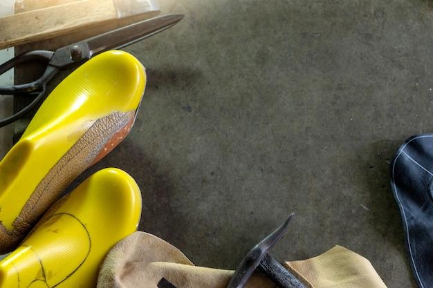 Local de trabalho da sapateira com ferramenta